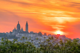 butte_bergeyre_sacre_coeur_illumine_sunset_coucher_nuage_orange