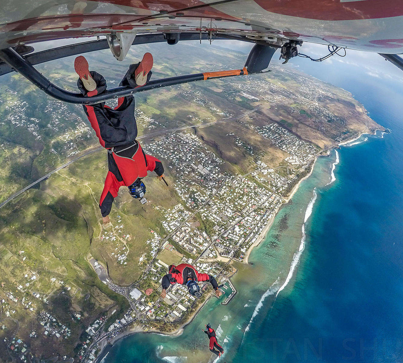 Eliot Nochez gravity boots from the Helicopter during Master Acro in La Réunion