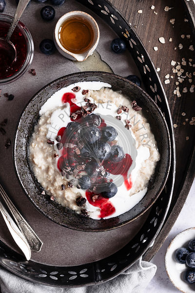 Oatmeal with yogurt and berries