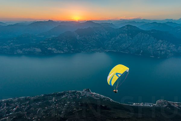 Sunset Flying above Lago di Garda with the Skywalk Team