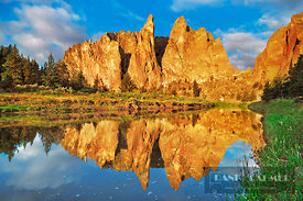Mountain impression reflection of Smith Rocks in Crooked River - North America, USA, Oregon, Deschutes, Smith Rock State Park...