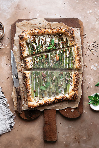 Delicious asparagus tart with ricotta