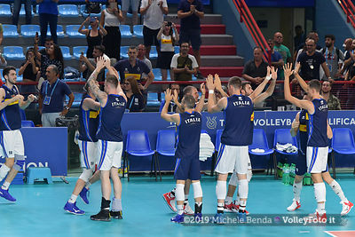 The Italian team, enters on the court