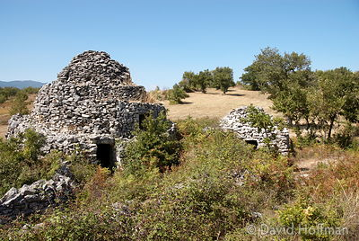 070911-21_Majella_225 Round huts built without mortar by stacking stones in a concentric manner to form a beehive shape, the ...