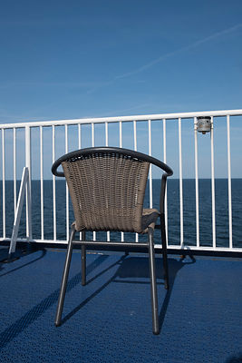 Chaise sur le ferry-boat puttgarden - rodby et mer Baltique, Danemark / Chair on the Puttgarden-Rodby  ferry boat and Baltic ...