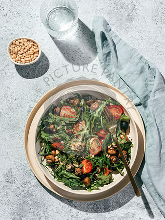Salad with arugula, mini champignons