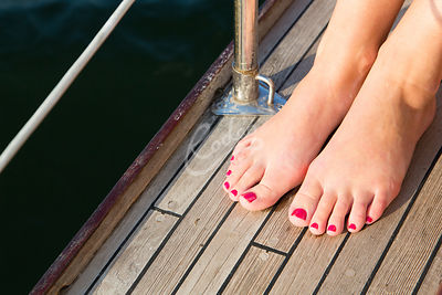 Jalat purjeveneen kannella|||Feet at the deck of sailboat