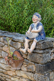 Decoration on a garden wall, summer, Lot, France ∞ Décoration sur un muret de jardin, France, Lot, été