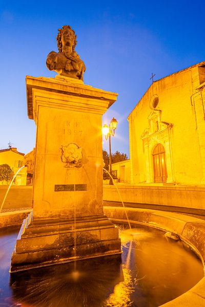 Eglise et fontaine de Rognac / Church and fountain in Rognac