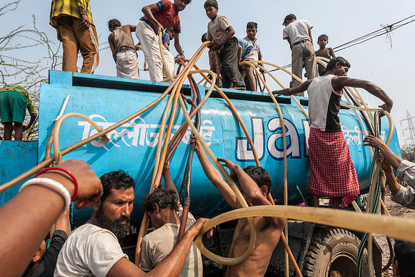 Slum dwellers scramble for water in Jai Hind Camp
