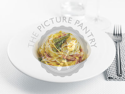 Tagliatelle with cream, asparagus and bacon