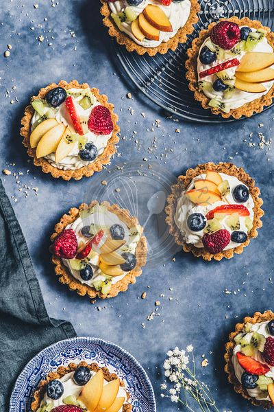 Tartlets with cream and fresh fruit