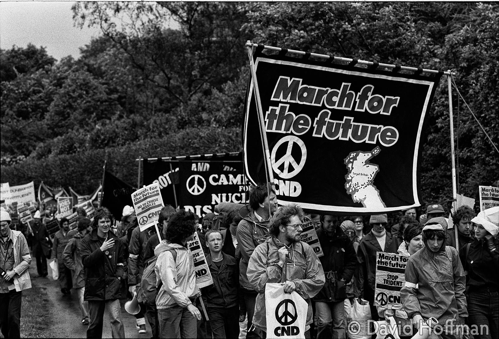 N70-27 CND March for the Future 1981