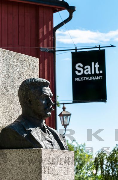 Statue of the Finnish artist Albert Edefelt in Old Porvoo