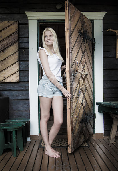 Nuori nainen saunan oven suussa|||Young adult woman by the sauna door