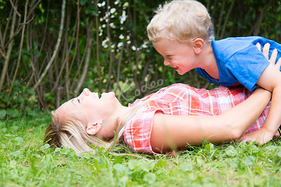 Äiti ja poika leikkimässä puutarhassa|||Mother and boy child playing around at the garden