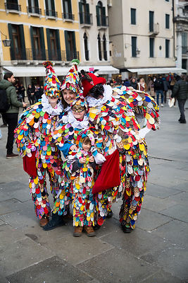 Famille déguisée en Arlequin durant le carnaval de Venise, Italie / Family disguised as a Harlequin during the Carnival of Ve...