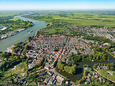 Schoonhoven, fortified town of the Oude Hollandse Waterlinie on the left the river Lek  | 306176