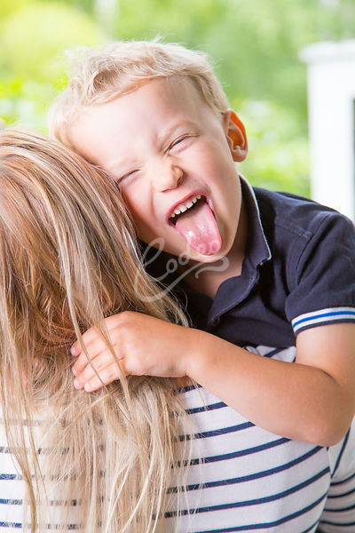 Iloinen poika äidin sylissä|||Boy laughing and making faces at her mothers lap