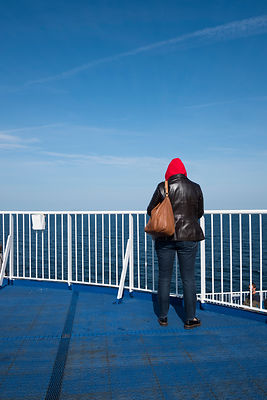Femme regardant la mer sur le ferry Puttgarden - Rodby au Danemark / Woman watching the sea on the Puttgarden - Rodby ferry i...