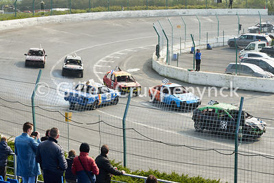 "Course automobile de type ""bangers"" sur le circuit Camso speedway de Comines-Warneton (Belgique)."