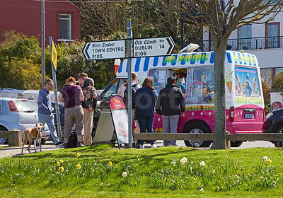 Howth_Q_for_ice_cream_truck