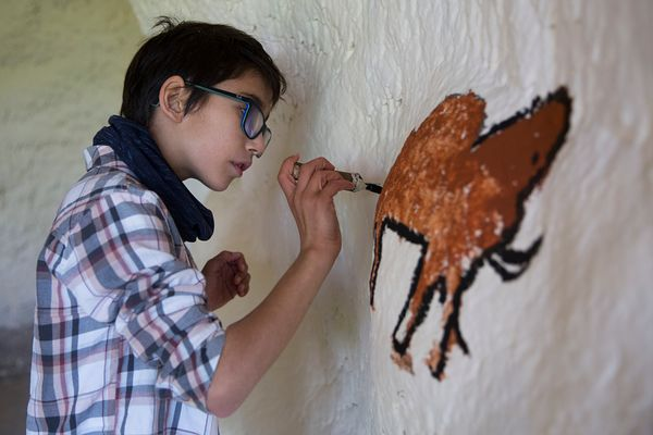 Enfant de 10 ans participant à l'atelier Art Pariétal, Parc du Thot, France / 10-year-old child participating in the Cave Art...