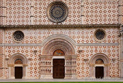 070911-21_Majella_183 Basilica di S.Maria di Collemaggio. Commenced in 1287 it is built with slabs of pink and white marble.