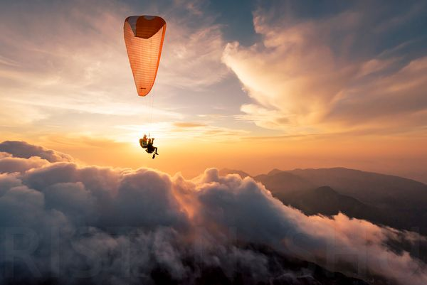 A Paraglider a flash and a sunset with JIm Nougarolles & Yann Ponsar