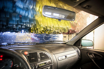 Auto ajaa harjapesuun ||| Driving in a car wash