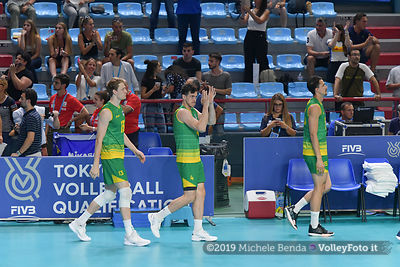 The Australian team, enters on the court