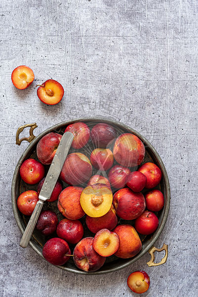 Tray with sliced peaches and plums