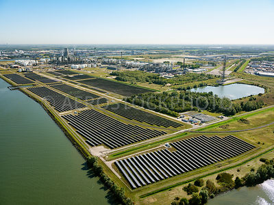 Shell Moerdijk, the 76,000 solar panels with a peak capacity of 27mw, supply Shell Moerdijk with approximately 4 percent of t...