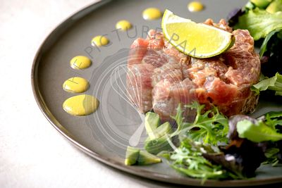 Tuna tartare with green salad