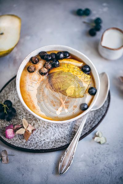Semolina porridge with pear and aronia berries