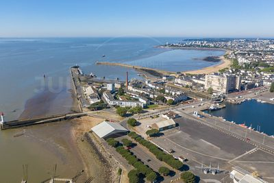 Saint Nazaire,photo aéerienne du port et de la plage du Traict