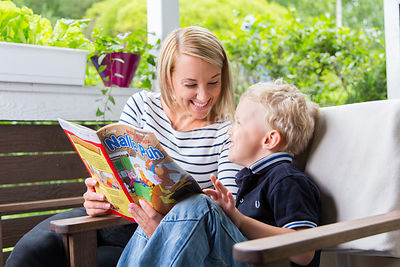 Äiti ja poika lukemassa Nalle Puh sarjakuvalehteä|||Mother and boy child reading a Winnie the Pooh comic book at the garden