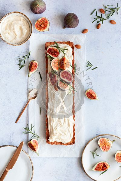 Tart with almond cream, fresh figs and rosemary.