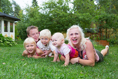 Perhe viettämässä aikaa kotipihalla|||Family spending time together at the home yard