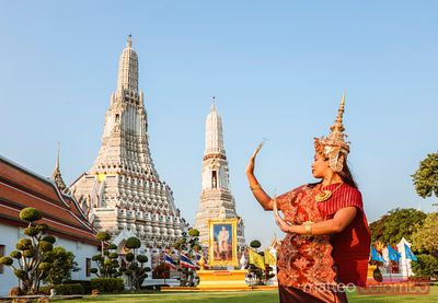 Thai dancer with traditional dress in front of Wat Arun, Bangkok