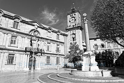 City hall and its fountain in downtown Aix-en-Provence ((empty city during the 2020 COVID-19 confinement)