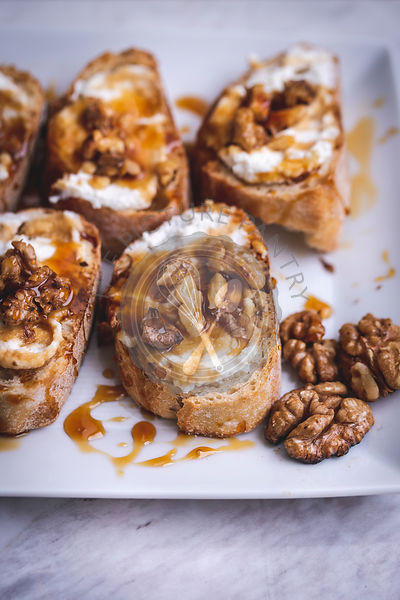Trray with ricotta, honey and walnuts crostini