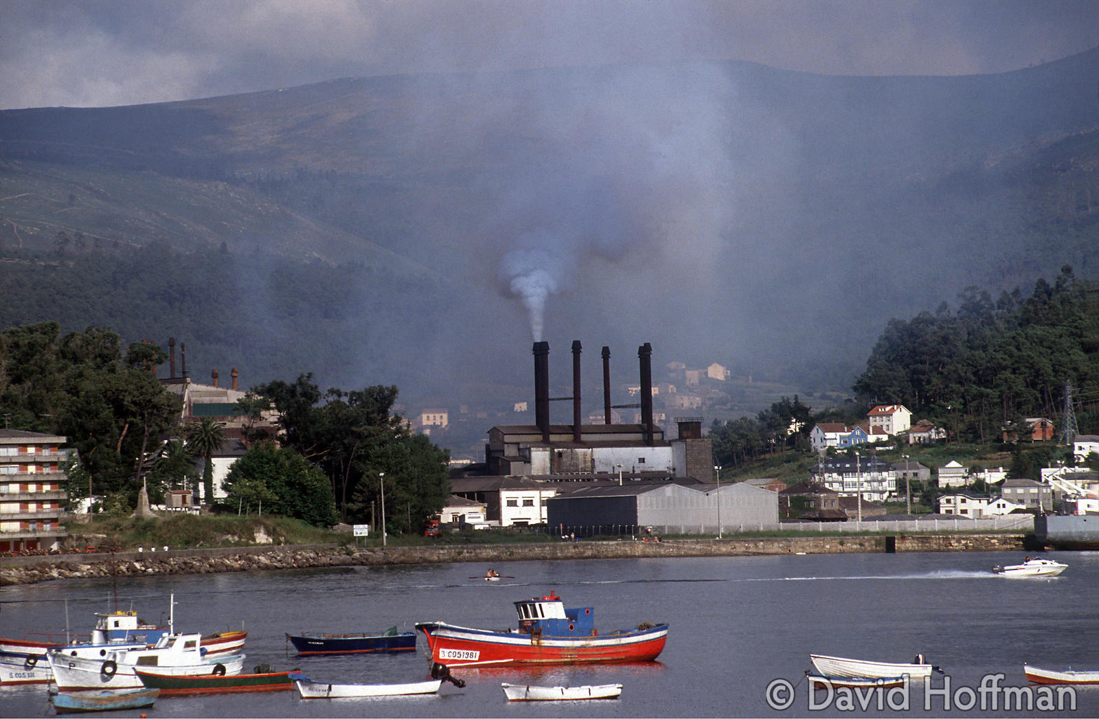 1.076/245 Metal refinery pours smoke, pollutants and heavy metal particles into the pretty fishing port, Muros, Galicia, Spai...