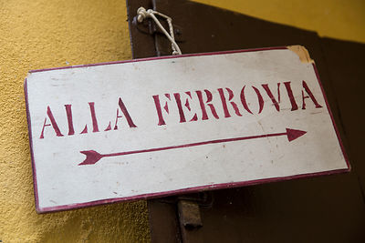 Panneau indiquant la gare dans une ruelle de Venise, Italie / Sign indicating the station in an alley in Venice, Italy