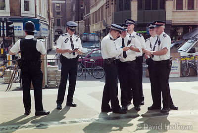 01082201-32 Police at an animal rights protest against experiments on live animals by Huntingdon Life Sciences, London..22 Au...