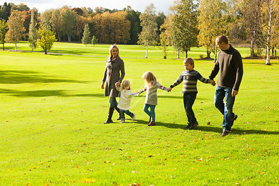 Perhe ulkoilee yhdessä syksyllä ||| Family together outdoor exercise in the fall