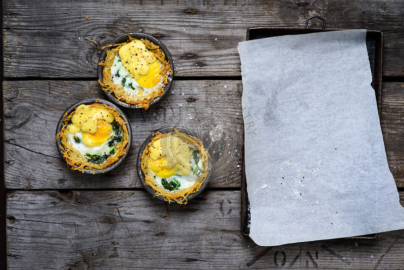 Hash brown, baked egg, and wilted spinach tart with hollandaise