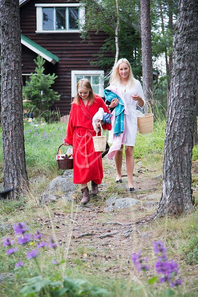Nuoret naiset kävelemässä mökkipolulla  saunalle|||Young adult women walking on a path to sauna at the summer cottage
