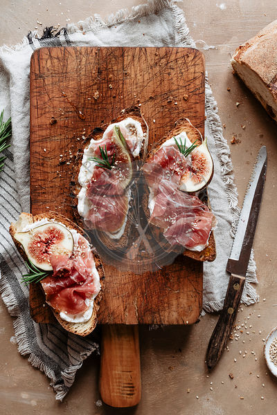 Three crostini with figs, Parma ham and ricotta