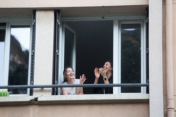 Personnes applaudissant en riant à leurs fenêtre, Lyon, France / People applauding laughing at their window, Lyon, France